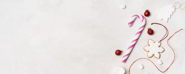 クリスマスの小道具、ラップされたギフトボックス、ジンジャーブレッドクッキー、お祝いのヴィンテージ装飾のおもちゃ、白い背景の上のボール。
