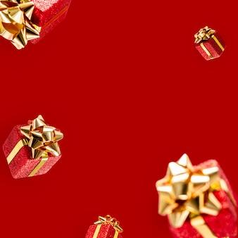 Подарки летят в воздухе на красном фоне. распродажа. концепция левитации. рождественский макет с копией пространства.
