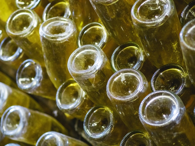 Этапы производства шампанского. рюмка - это этап удаления вина из осадка. крупный план бутылки в вой.