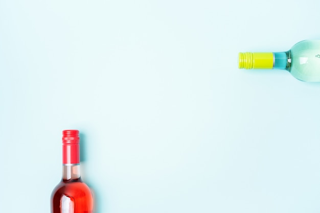 Бутылки белого и розового вина