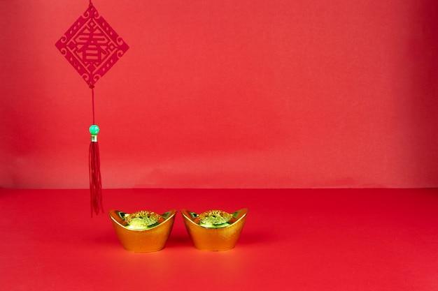 幸運と金の塊の赤い背景の旗に中国の新年装飾