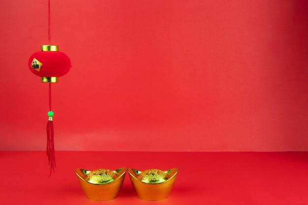 幸運と金の塊の赤い背景のシンボルに中国の新年装飾