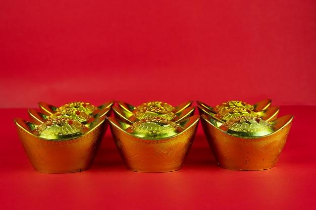 赤い背景と金の塊の中国の新年装飾