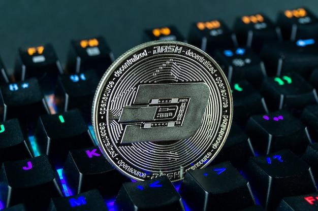 Монета криптовалюты тире крупным планом клавиатуры с цветовой кодировкой