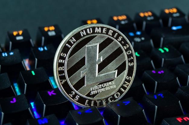 コイン暗号通貨ライトコインのクローズアップ-色分け-キーボード