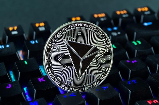 Монета криптовалюта трон крупным планом с цветовой кодировки клавиатуры.