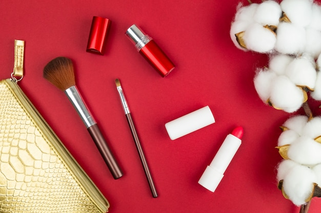 テーブルの上の女性のメイク用品。綿、ブラシ、口紅