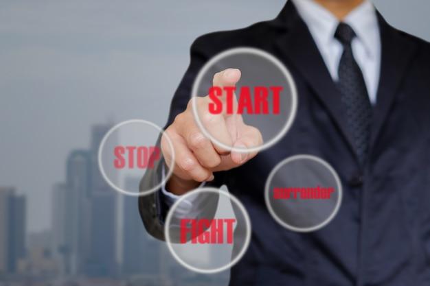 ビジネスマンは開始を選択します。