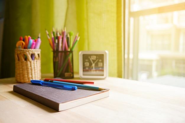 テーブルの上の文房具。