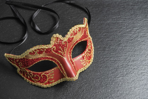 コロンビーナ、レッドカーニバル、または仮面舞踏会マスク