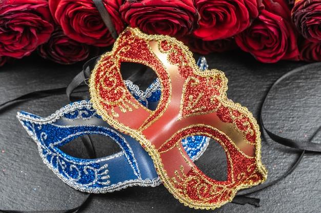 コロンビーナ、赤、青のカーニバルまたは仮面舞踏会のマスク