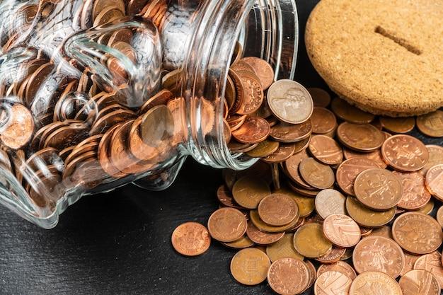 大きい貯金箱の貯金箱、イギリスの硬貨が付いているガラスお金の瓶