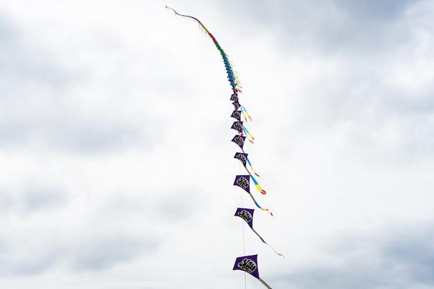 雲の中で空を飛ぶ凧。凧祭り