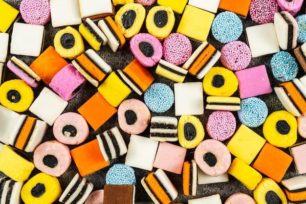 甘草キャンディーの背景、ウールの毛布の上の秋のお菓子