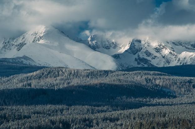Зимние горы, холодная погода