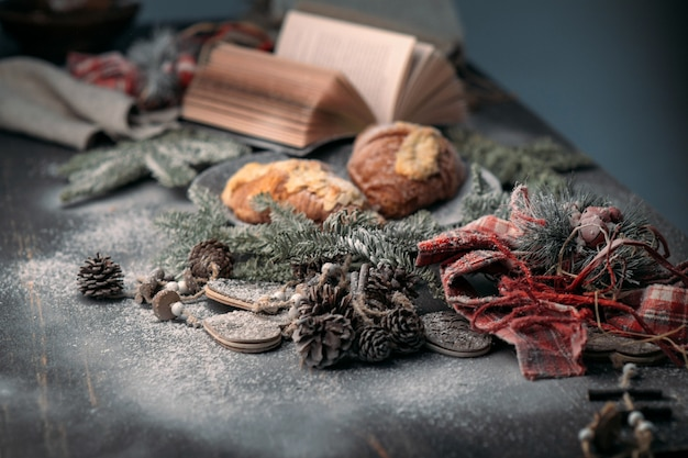 クリスマスの朝食、クロワッサン、休日の装飾