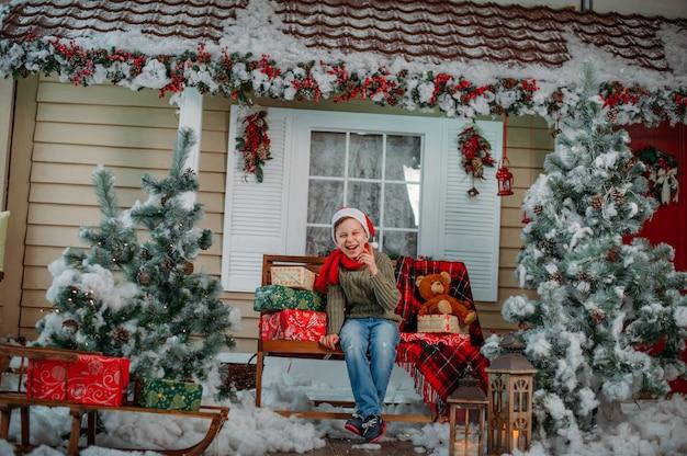 Счастливый мальчик с подарками в рождественские украшения