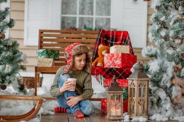Рождественская елка и мальчик