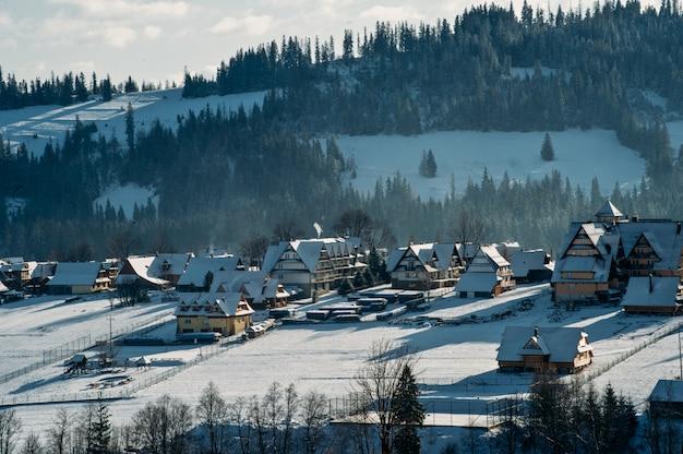 Горная деревня в снегу зимой