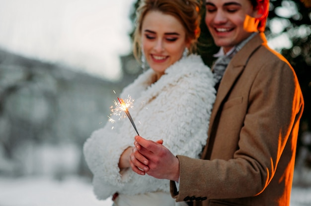 冬の若いカップル