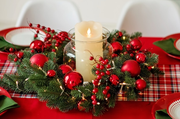 お祝いに飾られたクリスマスアドベントパインリース