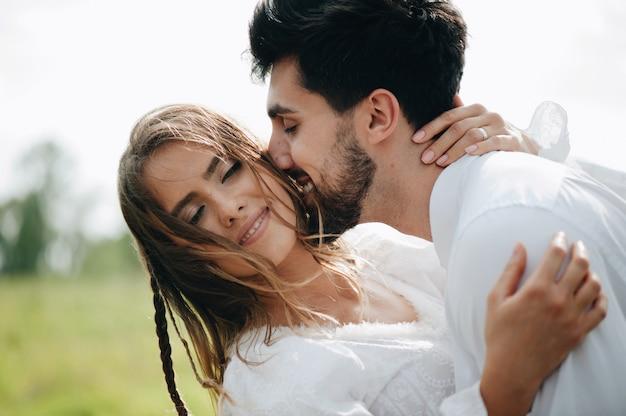 愛の美しい若いカップル