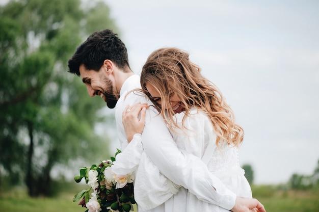 Красивая молодая пара в любви