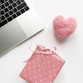 バレンタインデーと誕生日のための弓とピンクのギフト