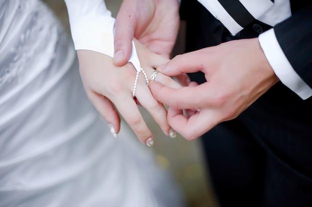 新郎新婦の婚約のための結婚指輪