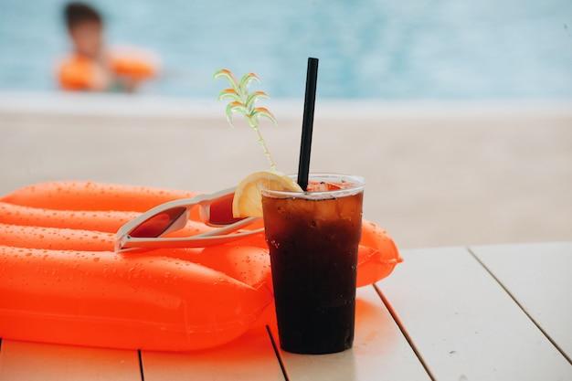 Летний коктейль в аквапарке на отдыхе