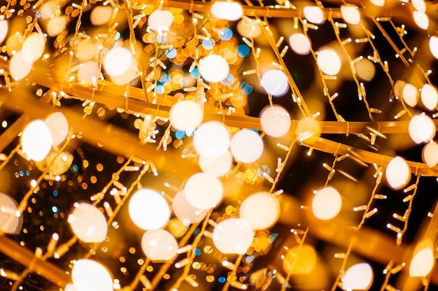 照らされた文字列ライトとボケ味のフルフレームショット