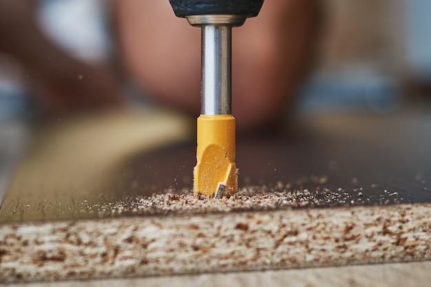 ドリルビットと木工のプロセスをクローズアップ