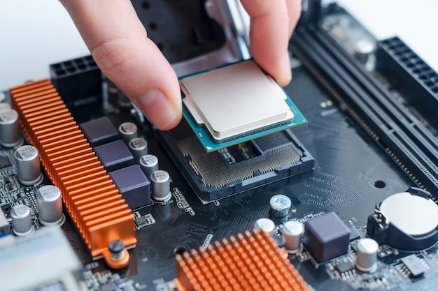 マザーボードのソケットにプロセッサを取り付ける。