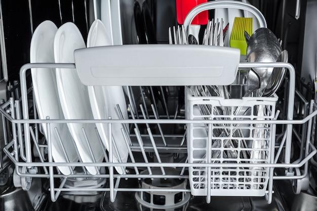 食器洗い機で洗った後皿をきれいにする