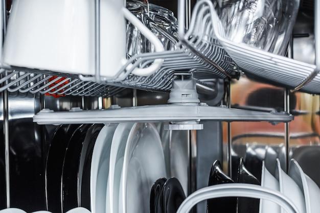洗浄後の食器洗い機で皿をきれいにする
