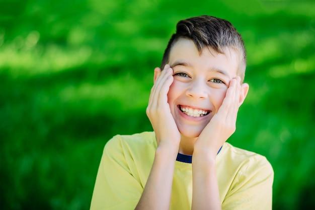 Портрет смеющегося подростка