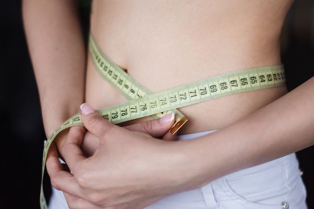 女性はウエストフィギュアの量を測定します
