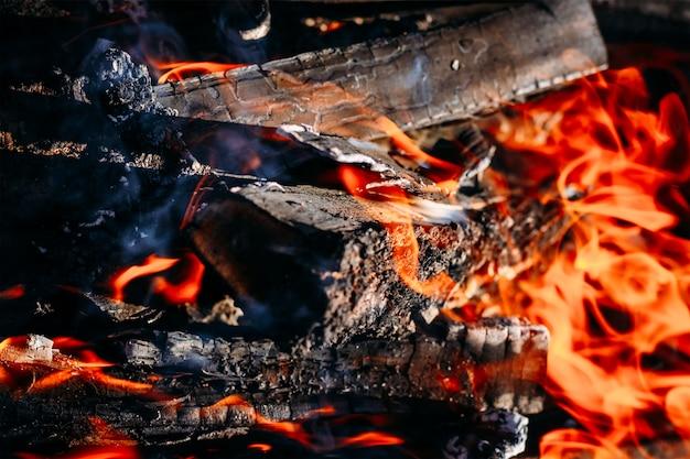 Горящий уголь тлеет дрова с пеплом и пламенем