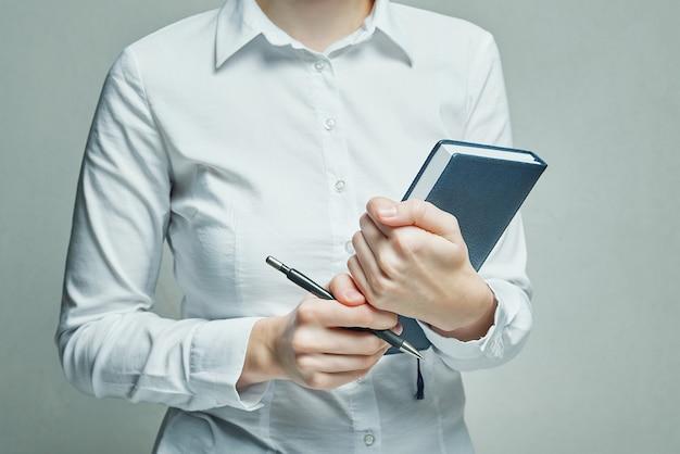 彼女の手で主催者日記を持つ実業家