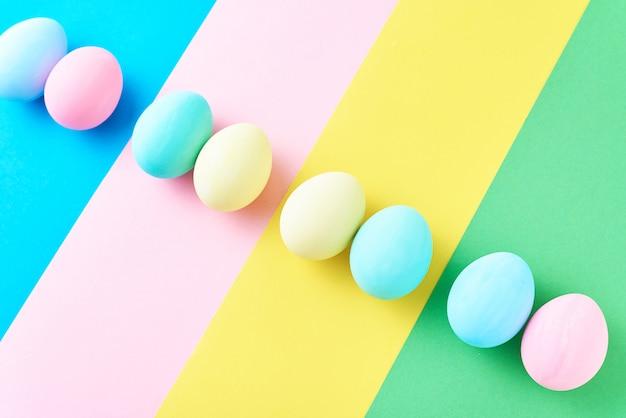色の縞模様の背景に卵