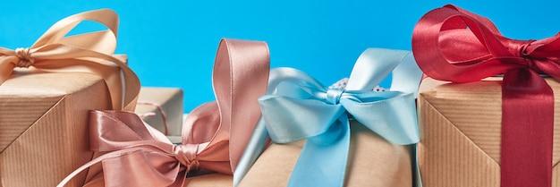 Подарочные коробки с красным бантом на синем фоне, баннер