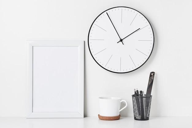 ホームオフィスの最小限のワークスペースデスク、モックアップ
