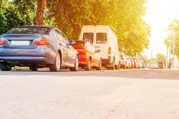 Припаркованные машины на улице в городе