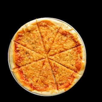 暗い背景にイタリアのピザの分離、上面図