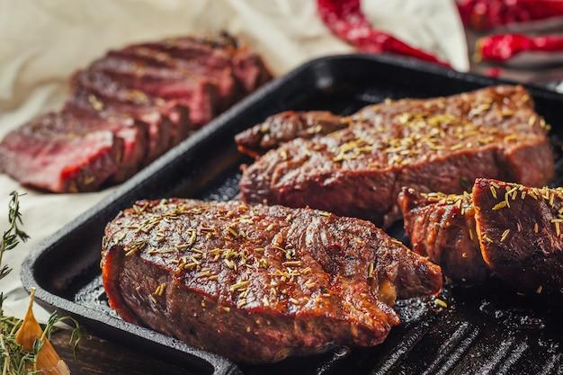 フライパンで焼きビーフステーキ、上面図。揚げ肉の塊をクローズアップ