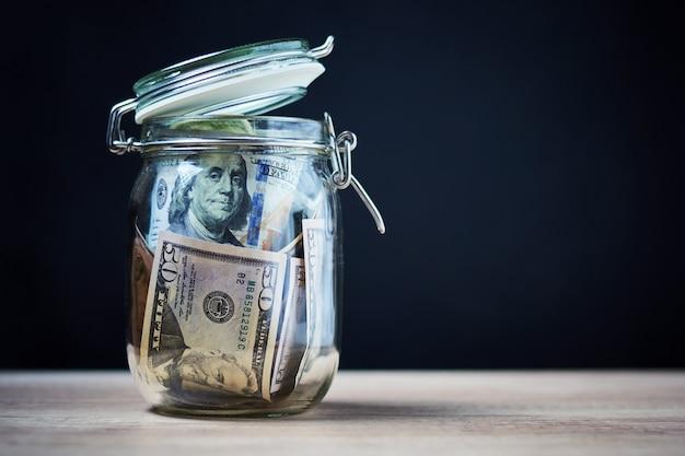 ガラスの瓶に米ドル紙幣