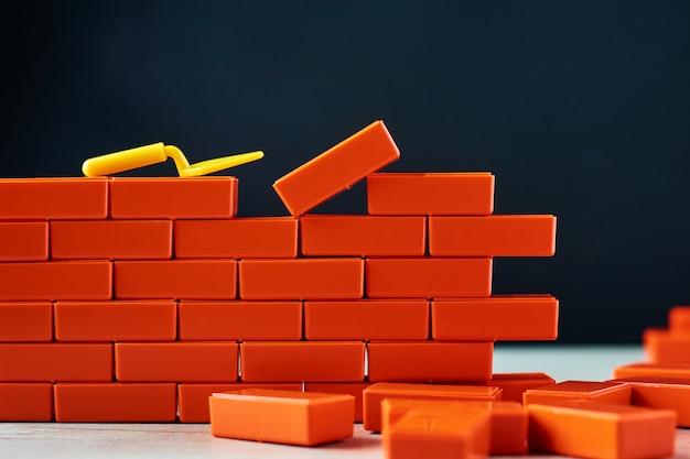 仕上げ作業の概念れんが造りの壁とこて