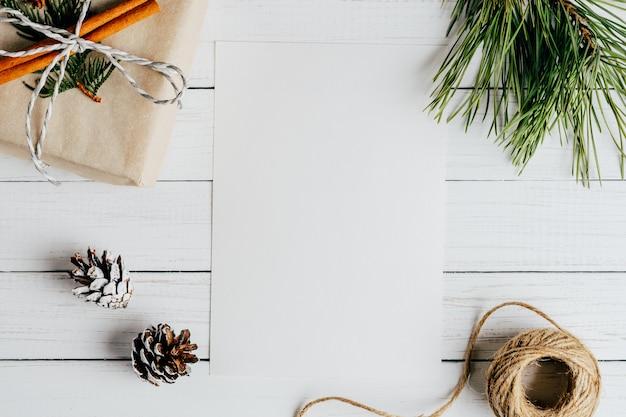 クリスマス組成の白い空白のシート。