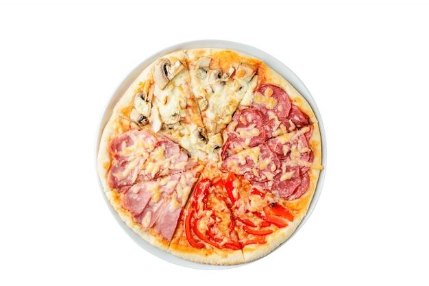 白い背景の上のイタリアのピザの分離、上面図