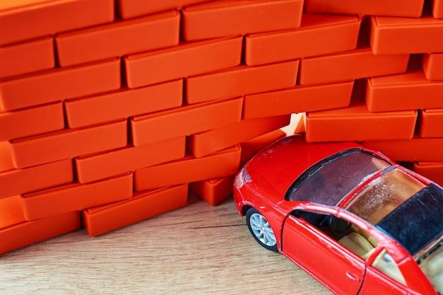 クラッシュ事故。自動車がレンガの壁にぶつかった。自動車保険のコンセプト